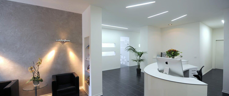 Empfangsbereich der Zahnarztpraxis Dr. Rosenbohm in Waiblingen