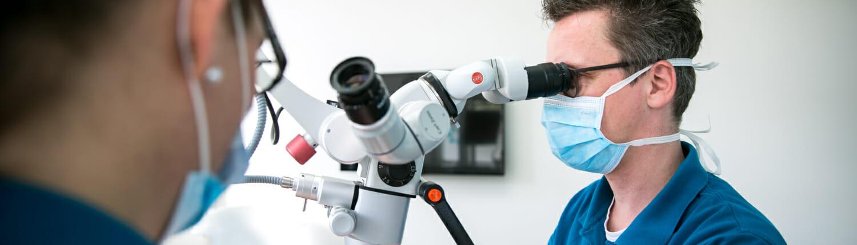 Dr. Rosenbohm bei der mikroskopischen Endodontie